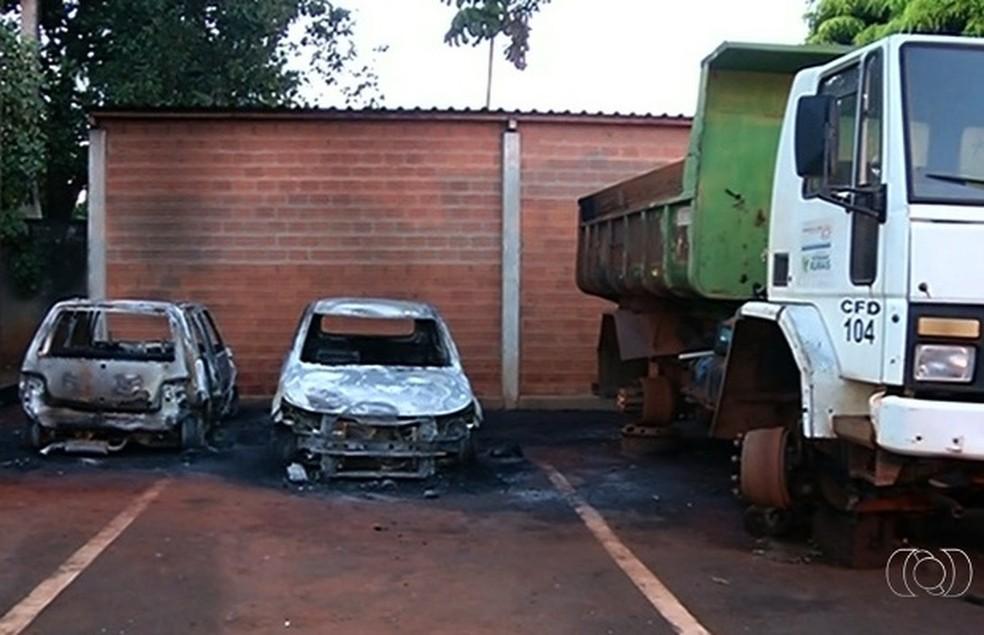 Na madrugada desta segunda, mais três veículos foram incendiados (Foto: Reprodução/TV Anhanguera)