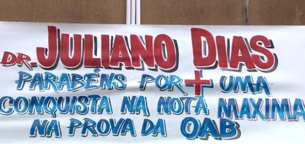 Faixa parabeniza Juliano pela aprovação no exame da OAB (Foto: Reprodução/RBS TV)