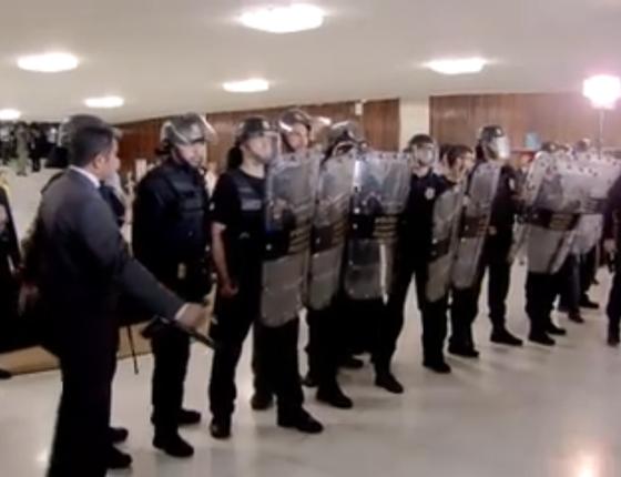 Segurança do Congresso tenta barrar entrada de manifestantes em protesto de policiais civis contra a reforma da previdência (Foto: Reprodução/ Facebook)
