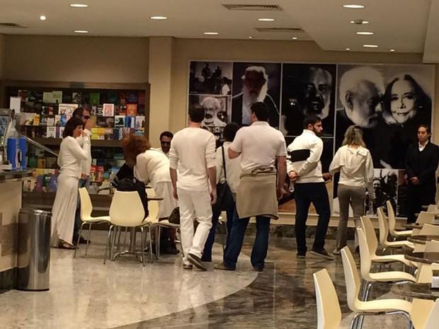 Movimentação no saguão do teatro pouco antes do início do velório (Foto: Gabriela Gonçalves/G1)