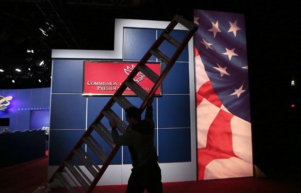 Cenário do debate é montado nesta terça-feira (16) em Hempstead, Nova York. (Foto: AFP)