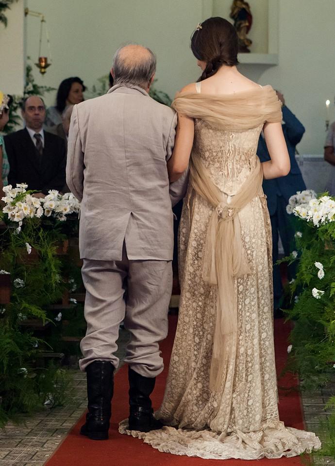 Confira o detalhe da calda do vestido em renda (Foto: Camila Camacho/Gshow)