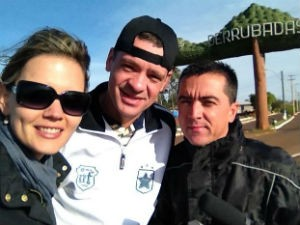 Equipe do Teledomingo nos bastidores das reportagens (Foto: Divulgação/ RBS TV)