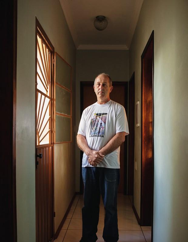 INCONSOLÁVEL Ildo Toniolo no corredor de casa. Ele perdeu a filha Leandra, de 23 anos. Diz que não tem o  direito de fugir da dor (Foto: Ricardo Jaeger/ÉPOCA)