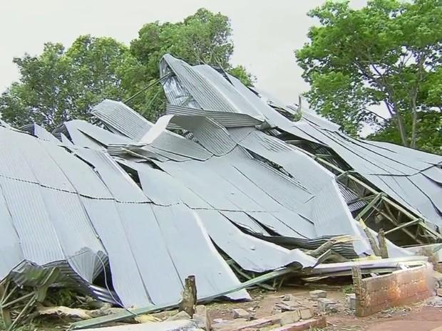 Cobertura de quadra de escola foi arrancada pelos ventos em Santa Bárbara d'Oeste (Foto: Reprodução/EPTV)