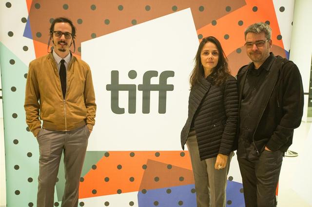"""Lucas Paraizo, um dos roteiristas de """"Sob pressão"""", e os diretores Mini Kerti e Andrucha Waddington  (Foto: Divulgação)"""