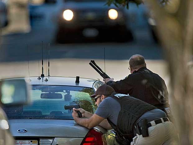 Policiais dão apoio a colega durante tiroteio em Sacramento. (Foto: Randall Benton / The Sacramento Bee / Via AP Photo)