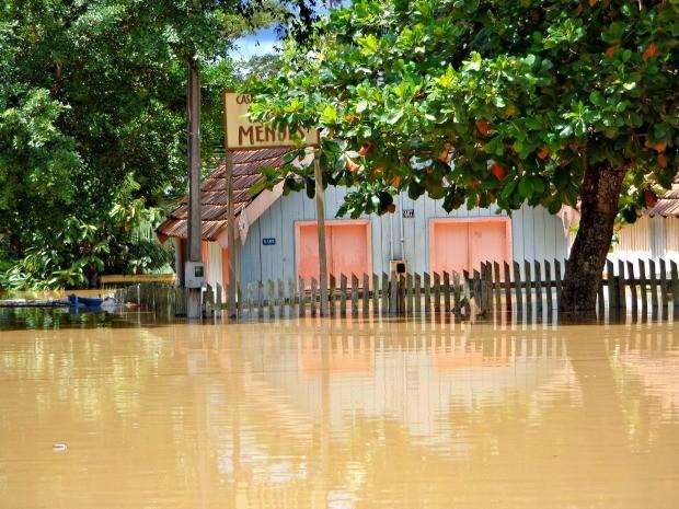 Foto tirada nesta terça-feira (24), mostra Casa de Chico Mendes submersa (Foto: Luiza Melo/Arquivo Pessoal)