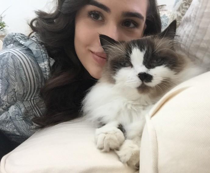 Em casa, Lívian Aragão curte sua gata Lindsey (Foto: Arquivo Pessoal)