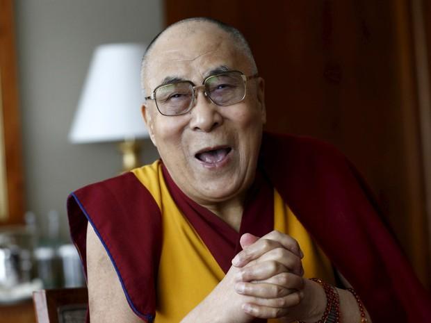 O líder espiritual tibetano Dalai Lama fala com jornalistas em Genebra, na Suíça  (Foto: Denis Balibouse/Reuters)