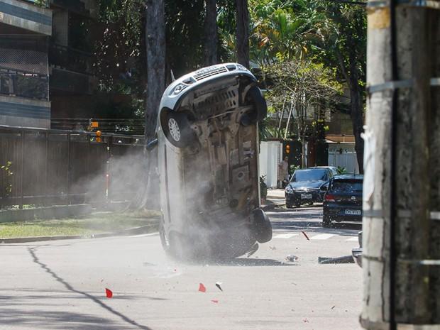 Carro de Beatriz capota várias vezes (Foto: Artur Meninea/TV Globo)