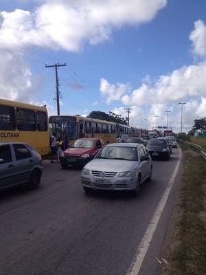 Trânsito nos arredores do terminal do Barro está complicado (Foto: Bruno Fontes/TV Globo)