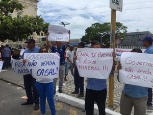 Manifestantes exibiam cartazes contra a privatização da Casal (Foto: Paula Nunes/G1)