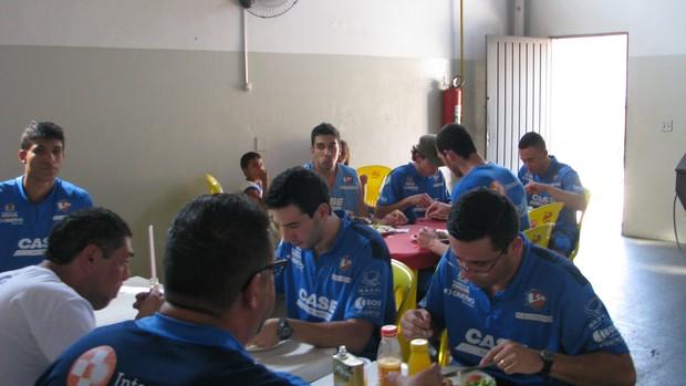 LSB - Viagem - almoço (Foto: Rafaela Gonçalves/Globoesporte.com)