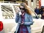 Macaulay Culkin, com os cabelos compridos, evita flashes nos EUA