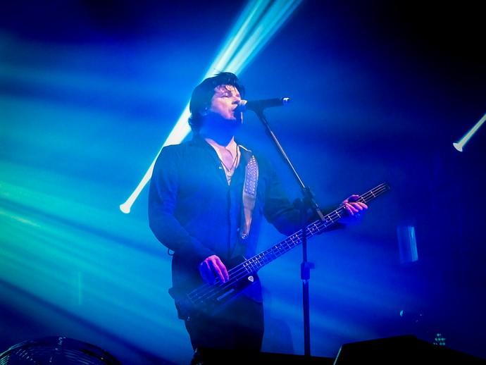Paulo Ricardo tocando baixo em uma de suas canções (Foto: Juliana Hippertt/Gshow)
