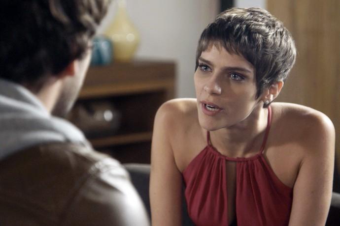 Letícia questiona Tiago depois de ver reação do noivo (Foto: TV Globo)