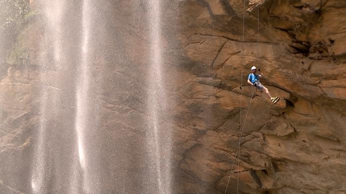 O que é um pontinho azul no meio de uma paisagem de pedra e água?  (Foto: Divulgação / TV Gazeta ES)