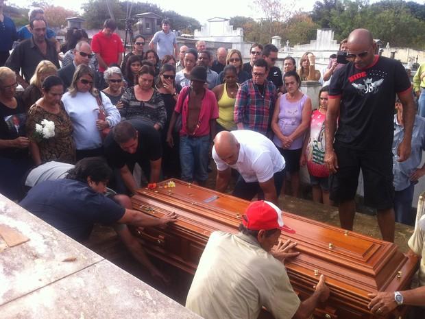 Geraldo da Cunha é enterrado em Governador Valadares, cidade em que nasceu. (Foto: Diego Souza/G1)