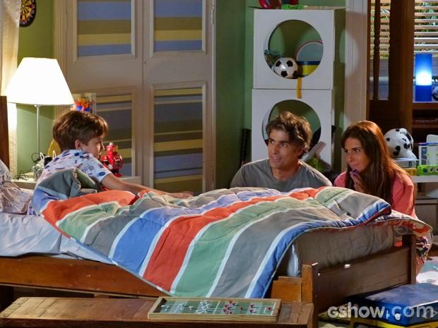 Clara e Cadu vão para o quarto de Ivan e se divertem com filho (Foto: Em Família/ TV Globo)