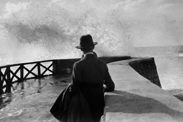 Sala na rocha da Virgem, Biarritz, agosto de 1927 (Foto: reprodução Jacques Henri Lartigue ©)