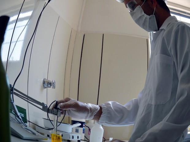 Laboratório de controle de qualidade da Maná Terceirizações, indústria de comésticos instalada em Campo Grande (Foto: Anderson Viegas/Do G1 MS)
