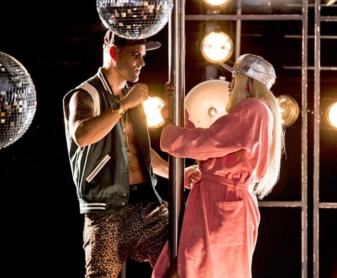 Roberta Rodrigues ensaia no pole dance ao lado de Juliano Cazarré (Foto: Ellen Soares / Gshow)