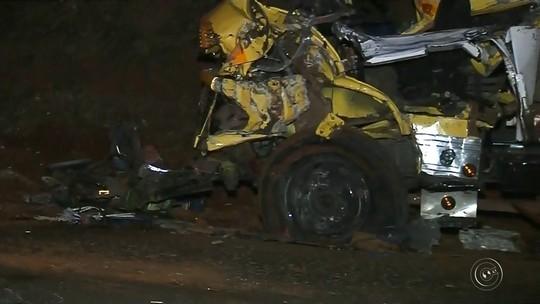 Motorista morre e outras duas pessoas ficam feridas em acidente entre caminhões