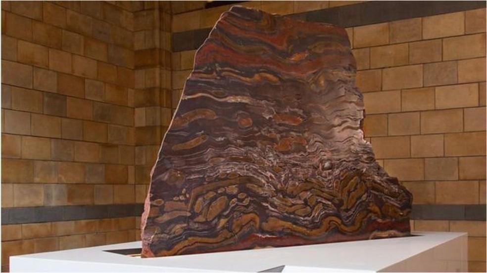 As listras refletem os distintos mineirais que compõem a rocha (Foto: Museu de História Natural de Londres)