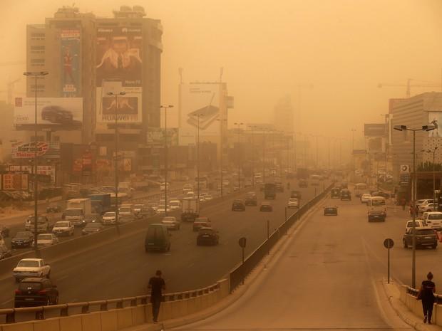 Tempestade de areia atinge Beirute, no Líbano. Ao menos duas pessoas morreram. (Foto: Joseph Eid/AFP)