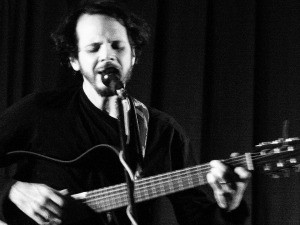 Cantor e compositor Elton Pinheiro se apresenta em Viana e Linhares (Foto: Divulgação/Circulação Cultural)