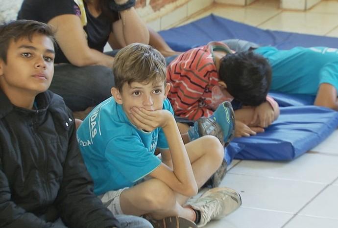 Olha só a concentração dos baixinhos na hora de ouvir as histórias (Foto: Reprodução / De Ponta a Ponta)