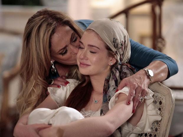 Nicole se emociona com apoio de Pilar (Foto: Amor à Vida/TV Globo)