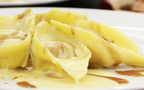 Torteloni recheado com vitelo aos molhos roti e de queijo