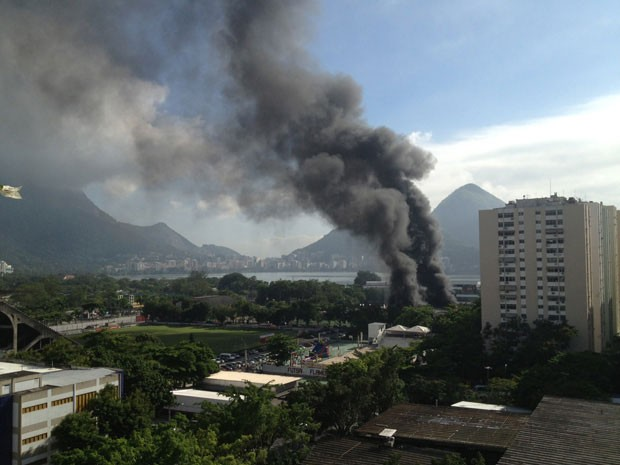 Bombeiros da Gávea e de Copacabana trabalham no combate às chamas (Foto: Alison McGowan/VC no G1)