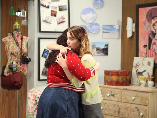 As duas se abraçam unidas para desvendar o mistério (Foto: Carol Caminha / Gshow)