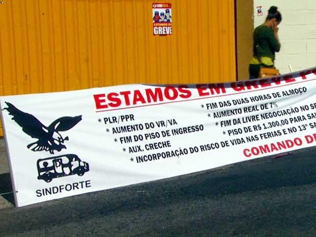 Faixa informa sobre greve dos funcionários de empresas de carro-forte (Foto: Reprodução EPTV)