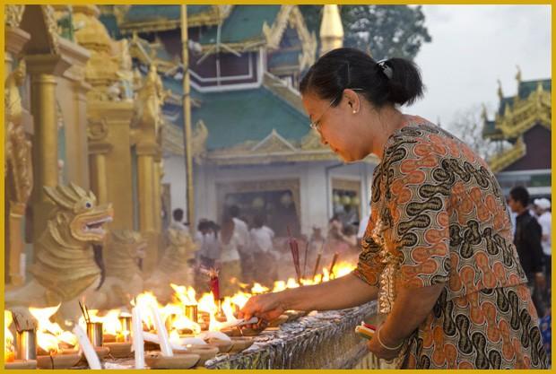 Uma devota budista acende velas no templo Shwedagon, em Yangon. Todas as pagodas de Mianmar são iluminadas durante a Festa das Luzes (Foto: Haroldo Castro/ÉPOCA)