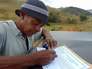 Produtores rurais autorizam a preservação de nascentes através de termos de anuência (Foto: Prefeitura de Muriaé/Divulgação)
