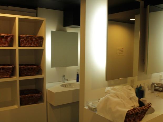 Cestinhas são dispostas aos hóspedes para que eles coloquem a roupa antes do banho (Foto: Thiago Reis/G1)