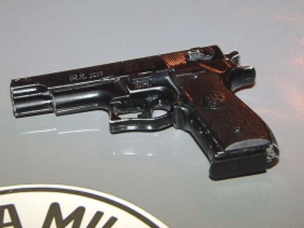 Ladrão utilizou uma arma de brinquedo para amaeaçar a vítima.  (Foto: reprodução/TV Tem)