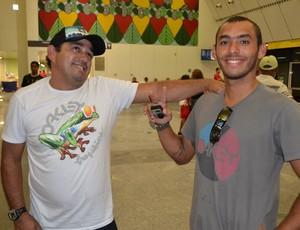 Jadson André, surfista potiguar, e seu pai, Jaílson Azevedo (Foto: Jocaff Souza)