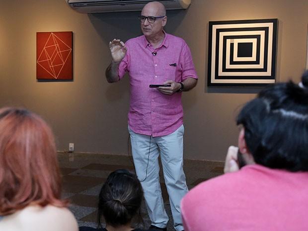 Crítico de arte Agnaldo Farias esteve em Fortaleza compartilhando conhecimento com os mediadores do Espaço Cultural Airton Queiroz (Foto: Ares Soares/Unifor)