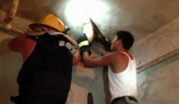 Bombeiros tiveram que cortar um trecho de 10 centímetros de diâmetro do cano, com o recém-nascido dentro (Foto: Reuters)