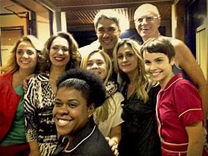 William Bonner posa ao lado do elenco e da diretora Amora Moutner (Foto: Avenida Brasil / TV Globo)