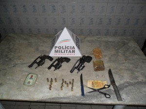 Entre os materiais apreendidos estavam três armas de fogo. (Foto: Divulgação/PM)