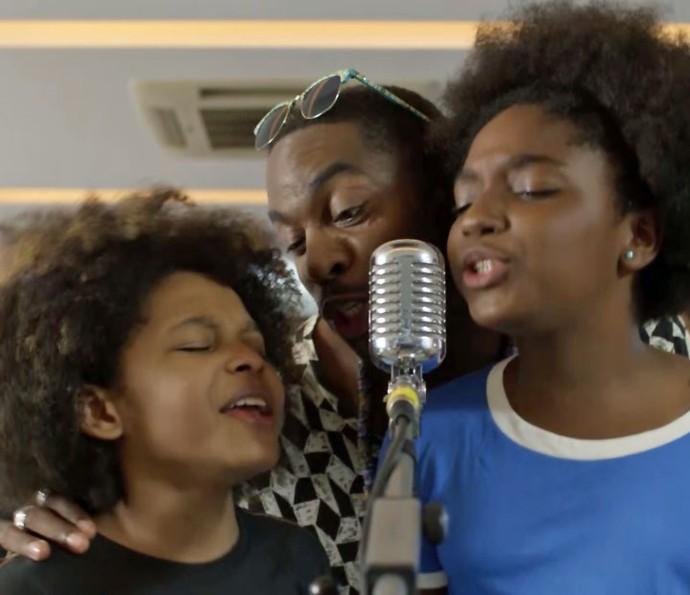Brau canta com crianças (Foto: TV Globo)
