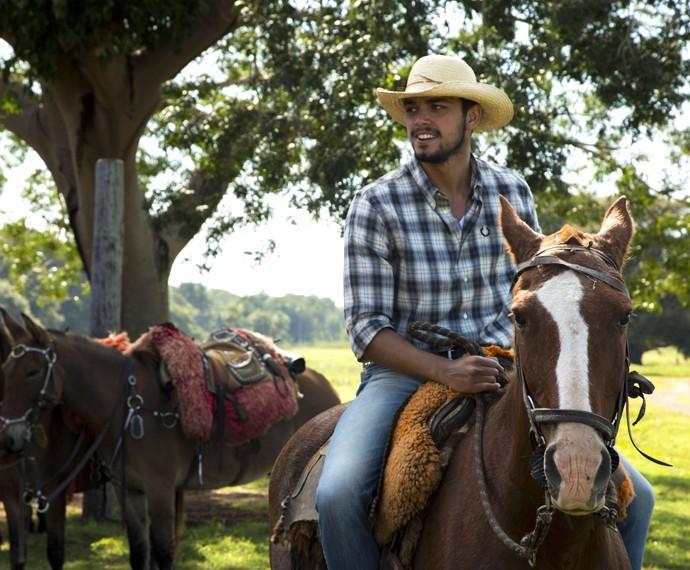 Rodrigo Simas toca gado no Pantanal (Foto: Gabriel Nascimento/Gshow)