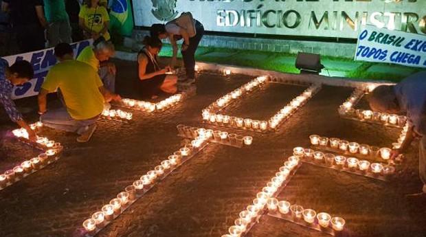 Em Recife, manifestantes do Vem Pra Rua acenderam velas (Foto: Divulgação)