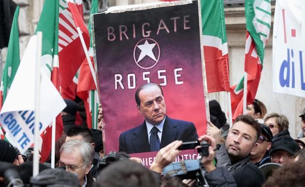 Manifestantes pró-Berlusconi vão às ruas nesta quarta-feira (27) em Roma, capital da Itália (Foto: Tony Gentile/Reuters)